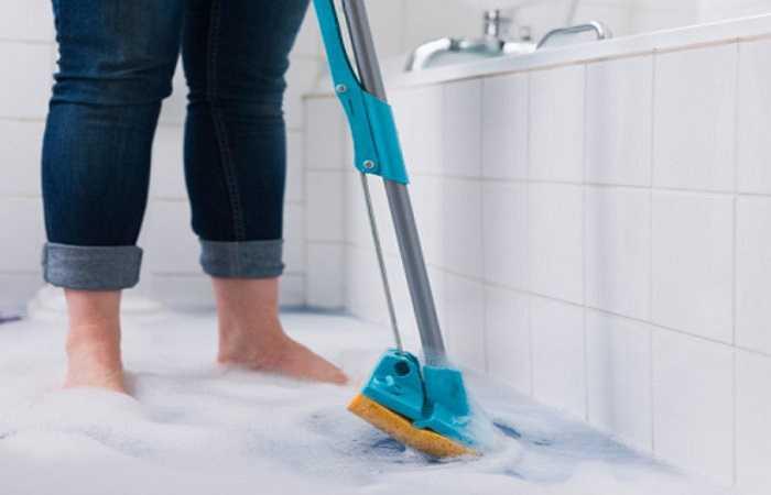 9. Sàn phòng tắm: Hầu hết mọi người thường ít lau chùi sàn phòng tắm do suy nghĩ nước và xà phòng tắm mỗi ngày sẽ đảm bảo rằng sàn phòng tắm luôn sạch sẽ.