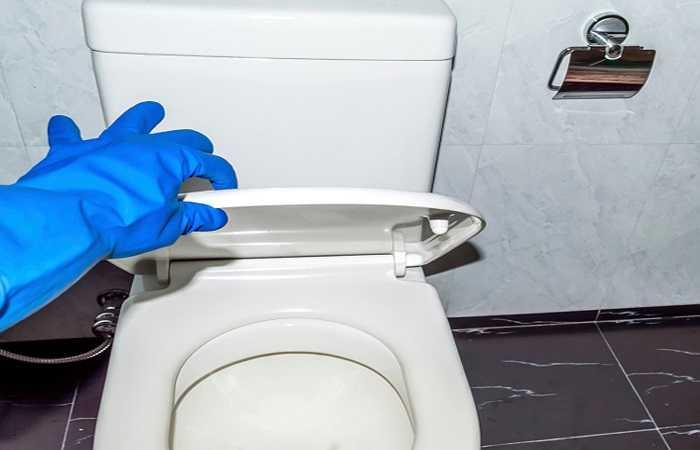 14. Bồn cầu bệt: Bồn cầu nhà vệ sinh công cộng là nơi chứa vi khuẩn và lưu lại nhiều chất bẩn. Biện pháp khắc phục tốt nhất là hạn chế sử dụng nhà vệ sinh công cộng và rửa tay thật kỹ bằng xà phòng sau khi sử dụng.