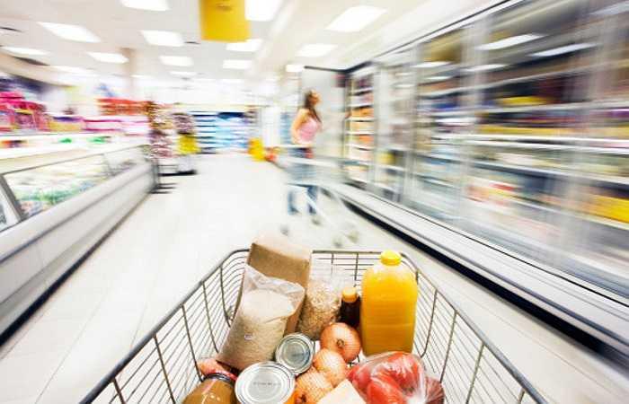 5. Giỏ và xe chở đồ siêu thị: Các xe đẩy hay giỏ đựng đồ siêu thị không chỉ chứa vi khuẩn do nhiều người chạm tay vào chúng mà còn do các hàng hóa, sản phẩm tiếp xúc trực tiếp nên tích tụ vi khuẩn. Nếu bạn chỉ mua một vài thứ, hãy sử dụng túi riêng để đựng hoặc rửa sạch tay sau khi đi mua sắm về.