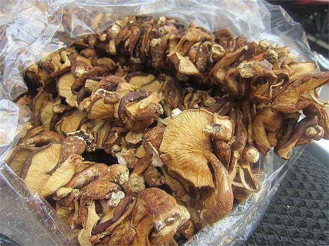 Nấm cũng có một số alcool hữu cơ mà khi nấu chín, các alcool này biến đổi, tạo thành mùi thơm đặc biệt. Chất Lentinan và Lentinula Edodes mycelium (LEM) là 2 chất chính tạo nên tác dụng dược lý của nấm.