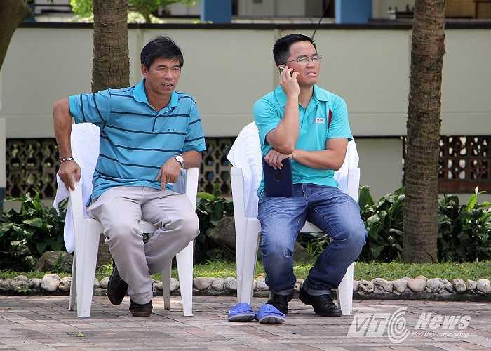 Sự có mặt của GĐĐH CLB Hoàng Anh Gia Lai Huỳnh Mau (trái) và trưởng đoàn bóng đá HAGL Tấn Anh.