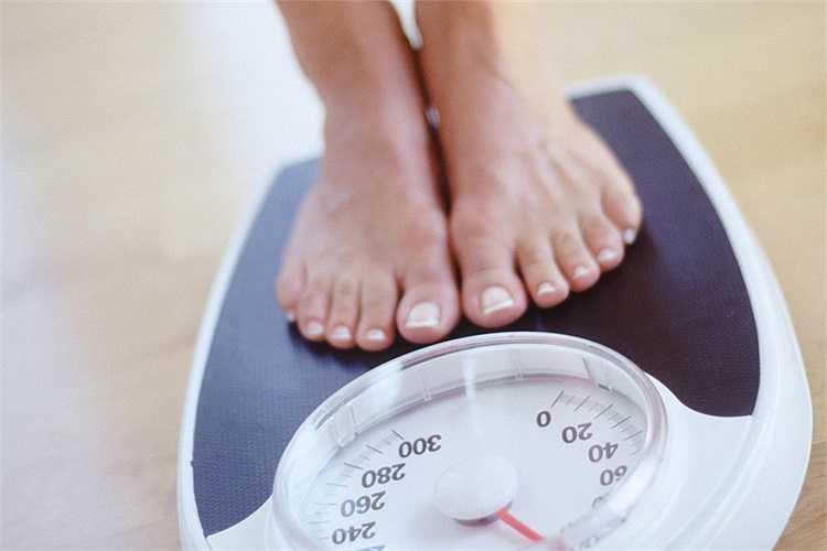 11. Duy trì cân nặng: Chỉ cần giảm một vài kg cân nặng cũng có tác động lớn đến huyết áp. Tình trạng thừa cân khiến tim phải làm việc nhiều hơn và gây ra cao huyết áp. Giảm cân cũng đồng nghĩa với giảm giảm tải cho trái tim.