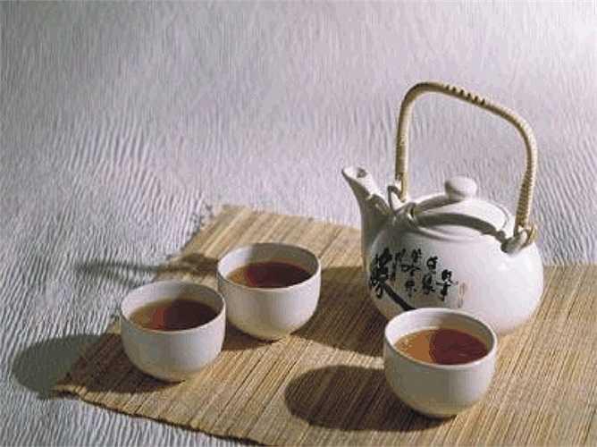 12. Uống trà: Uống trà có thể giúp bạn hạ huyết áp một cách tự nhiên. Uống 3 tách trà dâm bụt hàng ngày làm giảm huyết áp ngang với toa thuốc. Các chất phytochemical trong dâm bụt có thể chịu trách nhiệm lớn trong việc giảm huyết áp cao.