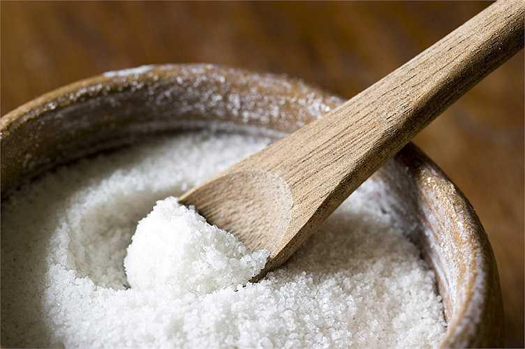 3. Giảm lượng muối ăn: Với những người có huyết áp bình thường, hơi cao hoặc cao có thể giảm huyết áp bằng cách giảm lượng muối ăn hàng ngày. Nên hạn chế lượng muối ăn hấp thụ vào cơ thể hàng ngày ở mức 1500mg.