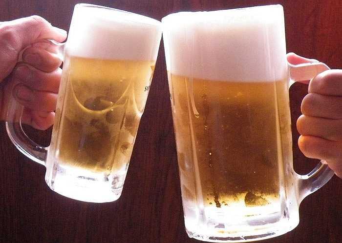 6. Hạn chế rượu, bia: Để việc uống rượu mang lại lợi ích cho sức khỏe thì phụ nữ không nên uống nhiều hơn 1 ly rượu và nam giới không nên uống nhiều hơn 2 ly rượu mỗi ngày. Uống quá nhiều rượu cũng có thể làm tăng huyết áp.