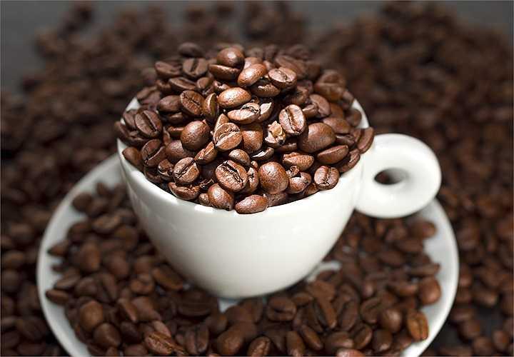 9. Giảm caffein: Cà phê mang lại một số lợi ích cho sức khỏe, tuy nhiên, nó cũng có thể làm tăng huyết áp trong thời gian ngắn kể cả là ở những không bị cao huyết áp. Do đó, nếu bạn bị cao huyết áp thì chỉ nên uống 1-2 ly cà phê mỗi ngày.