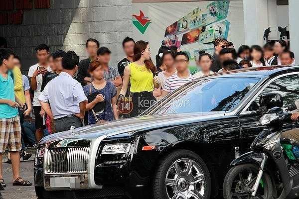 Chiếc Rolls Royce Ghost cực sang mà Hà Hồ đi tới nhiều sự kiện có giá sau thuế khoảng hơn 6 tỷ đồng.