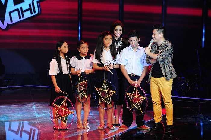 Trong chương trình tối qua (6/9), các giám khảo và MC của chương trình đã cùng các bé có một màn rước đèn trên sân khấu rất đáng yêu.