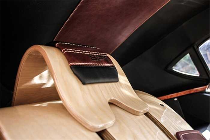 Ghế trong xe và nhiều chi tiết nội thất, ốp cửa, tay nắm...hoàn toàn bằng gỗ. Một số chi tiết bằng da để tăng thẩm mỹ và thêm sang trọng.