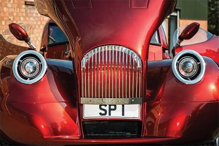 SP1 sử dụng khung xe bằng nhôm được thiết kế lại với tỷ lệ cải thiện và nâng cấp khả năng chạy đường trường, vốn là yếu điểm của những chiếc xe kiểu 'quý tộc'.