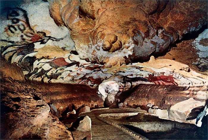 Hang động Lascaux, Pháp: Lascaux là một hệ thống hang động nằm sâu dưới lòng đất tại Tây Nam nước Pháp với nhiều bức vẽ về các loài động vật trên vách đá cách đây đã 17.300 năm vào thời kỳ đồ đá cũ. Đây là Di sản văn hóa thế giới được chính phủ cấm du khách vào tham quan để duy trì, giữ gìn di tích hiếm có này.