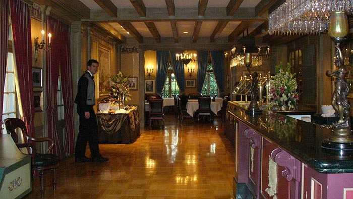 Câu lạc bộ Club 33, Disneyland, Mỹ: Câu lạc bộ này do chính tay Walt Disney và vợ ông lựa chọn là nơi qua lại của giới nghệ sỹ, người nổi tiếng, và các chính trị gia. Muốn gia nhập Club 33 bạn phải đợi tới 14 năm để tới lượt, với mức phí tham dự là 25.000 USD. Ngoài ra, mỗi thành viên phải trả 10.000 – 30.000 USD mỗi năm.