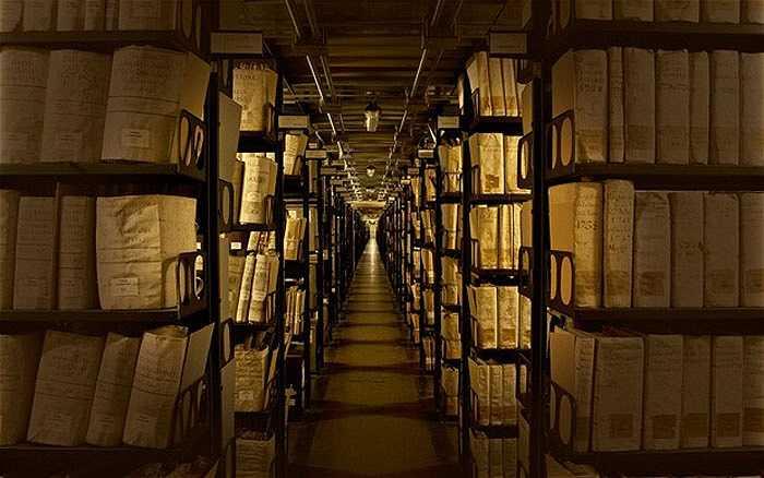 Kho lưu trữ mật của Vatican, Ý: Nơi đây tập trung tất cả những tài liệu của Vatican từ thời Trung cổ cho tới nay và thuộc sở hữu riêng của Giáo hoàng. Chỉ một số trường hợp đặc biệt mới có thể được phép tiếp cận chúng. Lần đầu tiên kho tư liệu này được mở cửa cho các nhà khoa học tham khảo là vào năm 1881.