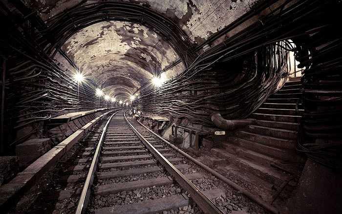 Tàu điện ngầm Metro-2, Mát-xcơ-va, Nga: được xây dựng từ thời lãnh tụ Stalin, nhằm tạo đường thoát hiểm cho các quan chức cấp cao trong trường hợp khẩn cấp dài 150 km, chạy dọc ngang trong thành phố. Hiện nay Cơ quan An ninh LB Nga không phủ nhận nhưng cũng không công nhận sự tồn tại của Metro-2.