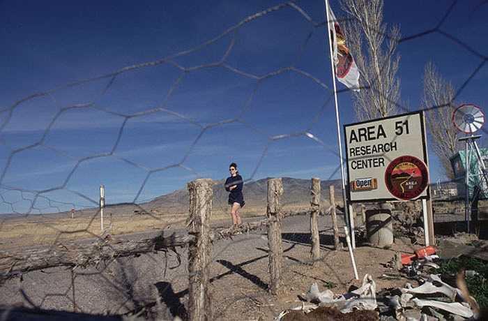 Khu 51, Nevada, Mỹ: Area 51 được xem là căn cứ quân sự tuyệt mật của Mỹ, nằm giữa sa mạc rộng lớn ở phía nam Nevada ở phía Tây nước Mỹ,  nhằm mục đích phát triển và thử nghiệm các loại vũ khí bí mật, UFO và các dự án khoa học mới giúp Mỹ duy trì vị thế siêu cường.