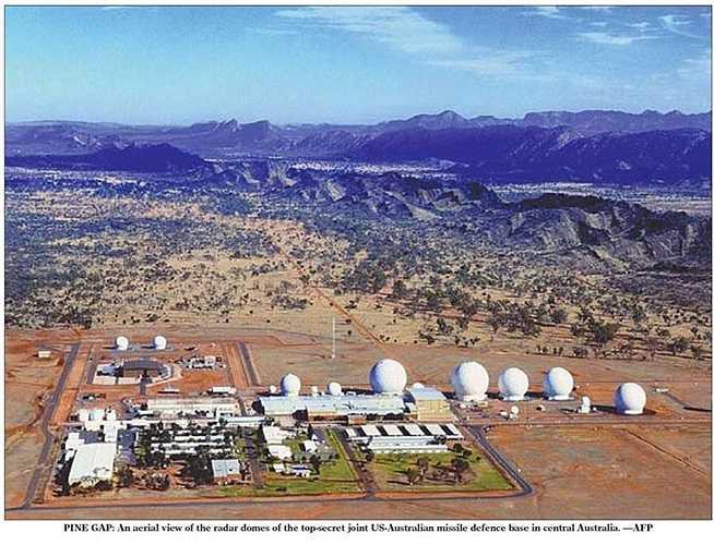 Căn cứ Pine Gap (Úc): nằm sâu trong sa mạc Outback hoang vu của Úc, quân đội Mỹ cùng tham gia quản lý căn cứ này và biến nó thành một trạm giám sát vệ tinh. Pine Gap là một trong những trạm thu thập thông tin tình báo lớn nhất của Washington, có nhiệm vụ ngăn chặn vũ khí, tín hiệu thông tin liên lạc qua hàng loạt vệ tinh quay quanh Trái Đất.