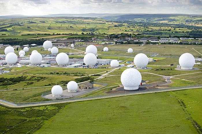 Căn cứ quân sự Anh RAF Menwith Hill, Yorkshire, Anh:  là địa danh có độ bảo mật cao nhất thế giới có nhiệm vụ theo dõi các âm mưu khủng bố, các hoạt động tình báo chính trị, ngoại giao. RAF Menwith Hill tham gia soạn thảo các báo cáo về gián điệp kinh tế, thậm chí kiểm soát mọi cuộc gọi điện thoại trên thế giới.