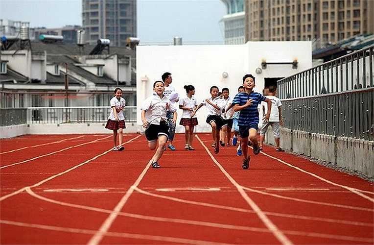 Ruan Hao, kiến trúc sư trưởng của công trình ấn tượng trên cho biết: 'Tôi muốn các em học sinh có không gian thoải mái để tập thể thao và buộc phải làm như trên trong điều kiện nhà trường quá thiếu không gian'.