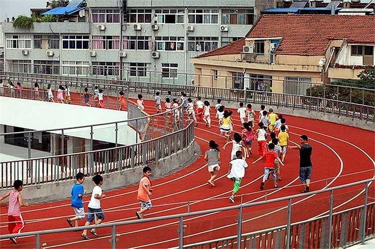 Ông Qiu Tianguo, hiệu trưởng nhà trường cho biết, sân tập đủ rộng để 1.600 em học sinh có thể tham gia vào các hoạt động ngoài trời.