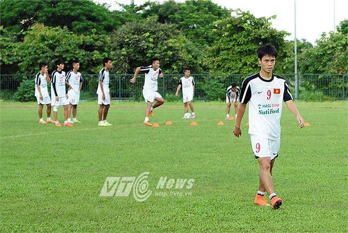 Thời tiết tại Hà Nội khá oi bức nên các tuyển thủ U19 Việt Nam mất nhiều nước khi luyện tập