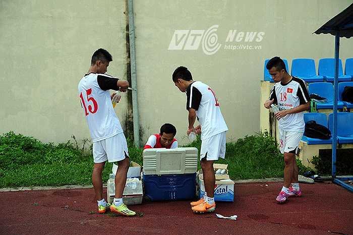 Mỗi cầu thủ đều cố gắng uống nước thật nhanh rồi quay lại sân tập chính