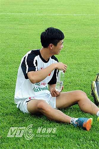 Ở một góc sân khác, những cầu thủ đá chính của U19 Việt Nam được phép thả lỏng. Dù không tập nặng bằng các cầu thủ dự bị nhưng Công Phượng thỉnh thoảng vẫn phải 'nhấp giọng'