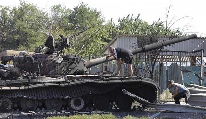 Một chiếc xe tăng của lực lượng chính phủ Ukraine bị cháy ở làng Kominternovo, ngoại ô của Mariupol