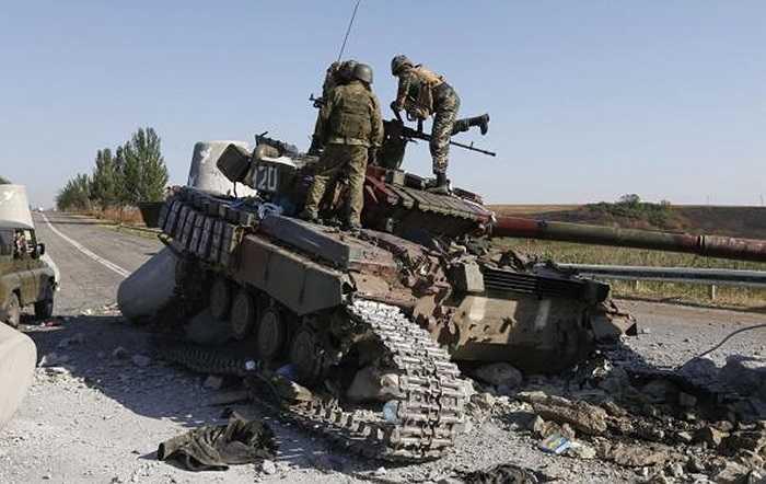 Các binh sĩ Ukraine kiểm tra bị hư hỏng tại Mariupol