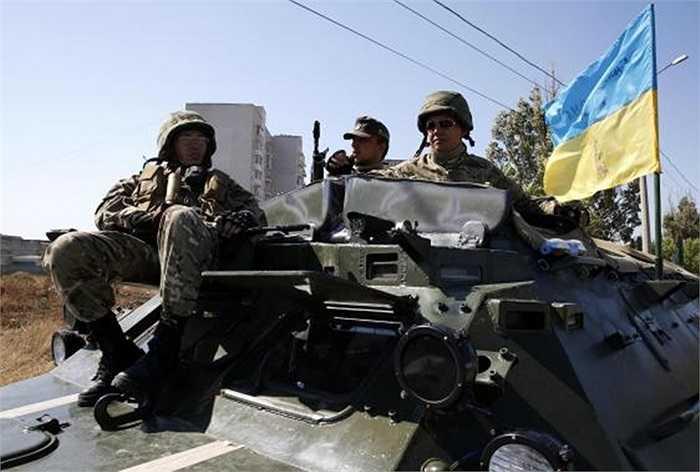Các binh sĩ Azov trên chiếc xe bọc thép chở quân ngày 5/9