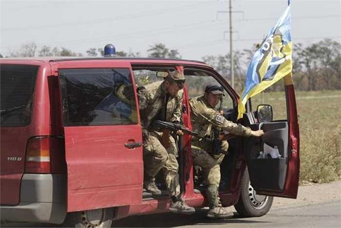 Binh sĩ Azov rời xe ô tô khi đến trạm kiểm soát