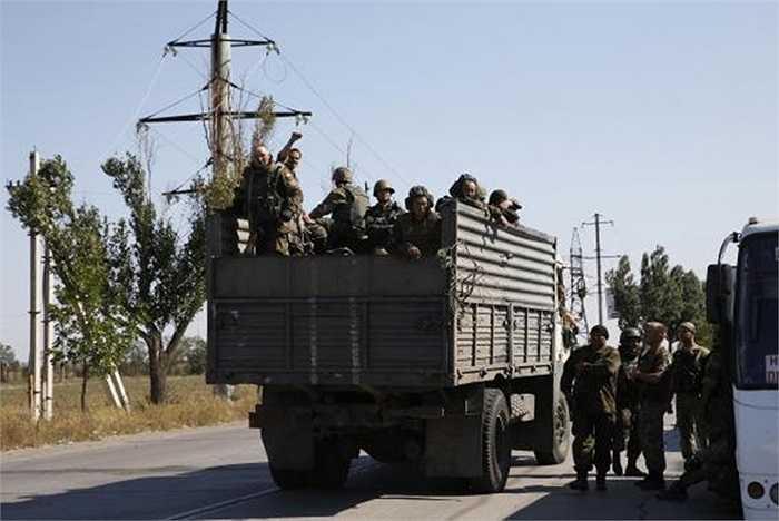 Các binh sĩ Ukraine trên xe tải chở quân