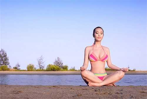 Lê Kiều Như cũng là một trong những mỹ nhân chăm chỉ khoe eo nhất. Trên trang cá nhân của mình, cô chia sẻ hàng loạt hình ảnh mặc bikini với nhiều tư thế khác nhau.