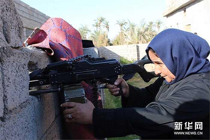 Một phụ nữ Iraq cầm súng chiến đấu chống lại IS