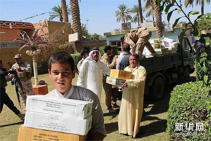 Người dân Iraq nhận hàng viện trợ nhân đạo