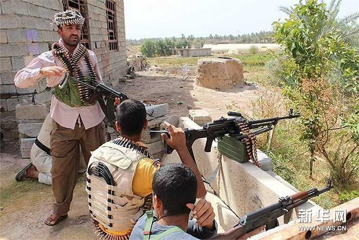 Những người đàn ông Iraq cầm súng chiến đấu với các tay súng IS
