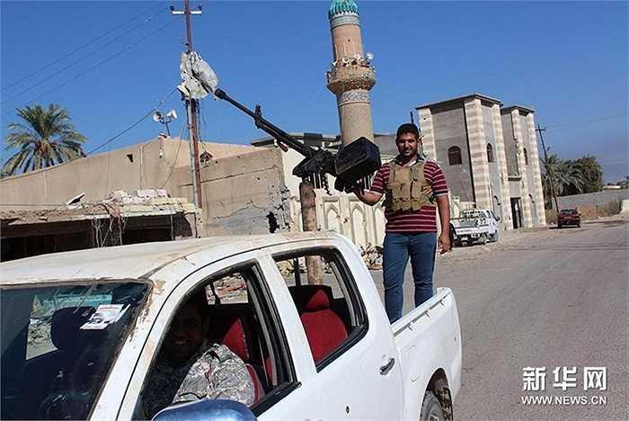 Quân đội chính phủ Iraq cùng người dân địa phương phối hợp chống IS