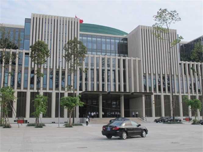 Từ 6h sáng, Bộ trưởng Xây dựng Trịnh Đình Dũng đã đến Nhà Quốc hội kiểm tra các thiết bị trong phòng họp Thường vụ và phòng họp báo. (Ảnh VNE)