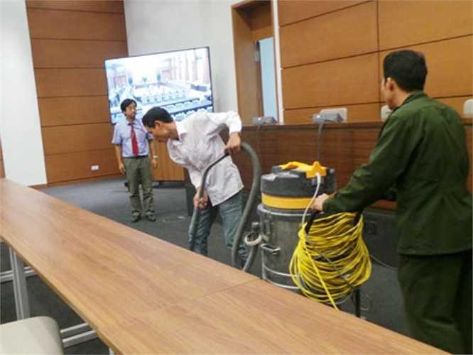 Phòng họp báo được vệ sinh một lần nữa trước giờ khai mạc phiên họp thứ 32 của UB Thường vụ. (Ảnh: Dân trí)