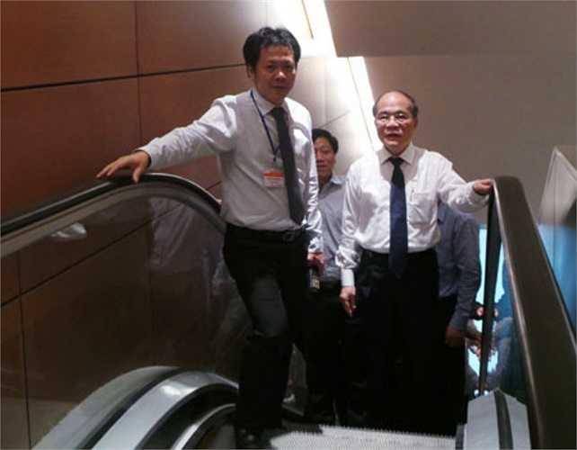 Chủ tịch Quốc hội Nguyễn Sinh Hùng đến sớm, cùng kiểm tra tòa nhà lần cuối trước giờ khai mạc. (Ảnh: Dân trí)