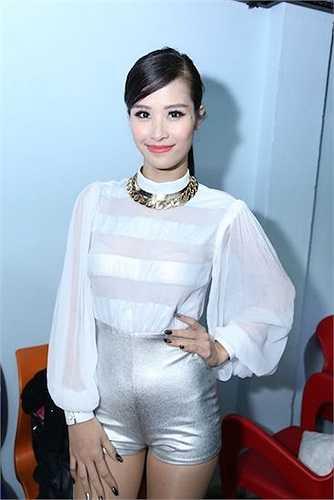 Trong hậu trường của show diễn, Đông Nhi khoe sắc với áo voan xuyên thấu và phụ kiện ánh kim bắt mắt.