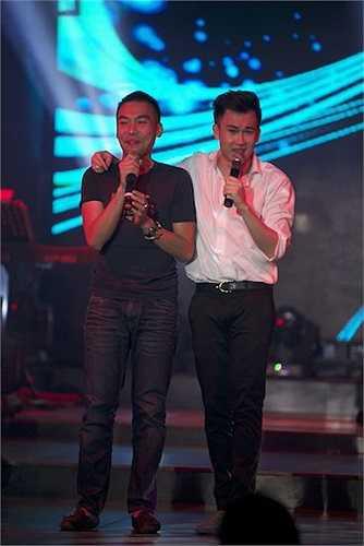 Thậm chí, một khán giả vừa trở về từ Úc đã được Dương Triệu Vũ mời lên sân khấu song ca cùng anh.  (Trung Ngạn)