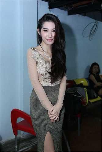 Nữ ca sỹ Khổng Tú Quỳnh cũng có mặt để ủng hộ Dương Triệu Vũ và giới thiệu những ca khúc mới của mình.