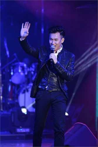 Dù trời Sài Gòn mưa lớn, nhưng khán giả đã đến kín chật khán phòng tại một tụ điểm ca nhạc lớn tại trung tâm thành phố để cổ vũ cho hai ca sỹ.