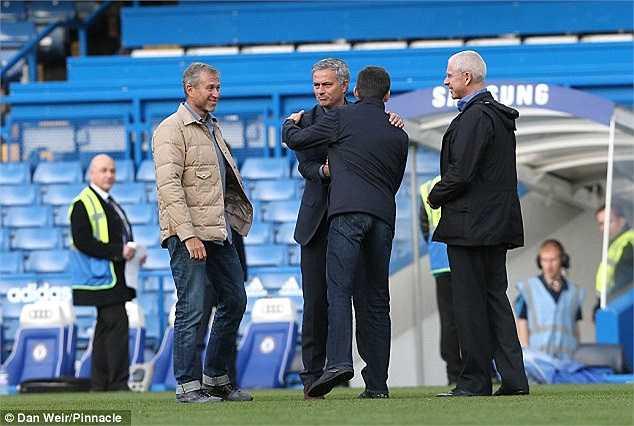 Mourinho hào hứng bắt tay Arkadiy, con trai của Abramovich