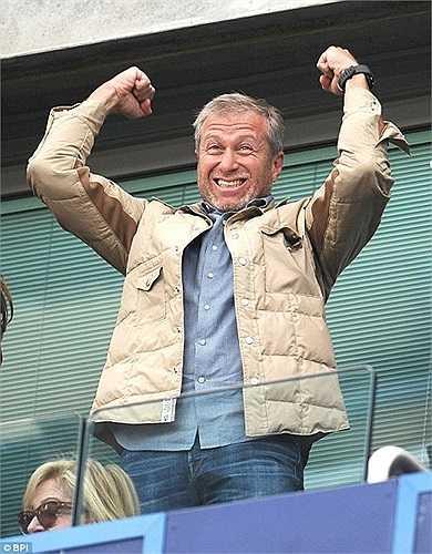Chủ tịch Abramovich không giấu nổi niềm vui trên khán đài
