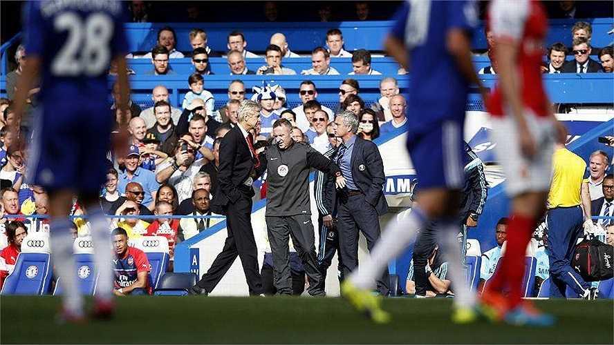 Bên ngoài đường pitch, Mourinho và Wenger xô xát, lời qua tiếng lại. Trận derby thành London chưa bao giờ thôi nóng bỏng. Sau trận, Wenger từ chối xin lỗi đồng nghiệp