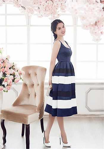 Người đẹp rạng rỡ, đáng yêu như búp bê khi mặc váy xòe bồng làm mẫu ảnh.