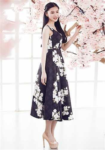 Người mẫu Tường Vy e ấp khoe sắc trong trang phục mang hơi hướng vintage.