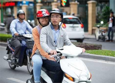 Dạo chơi, ngắm phố phường Hà Nội, tận hưởng cơn gió đầu tiên của mùa thu năm nay. Nhiều người đã đăng cảm xúc của mình lên mạng xã hội 'sáng dạy sớm, mò ra đường mới biết trời Hà Nội se se lạnh, đúng chất Hà Nội luôn, sướng quá'.