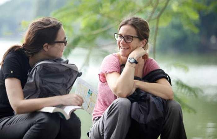Du khách nước ngoài cũng tranh thủ tận hưởng không khí mát mẻ ở Việt Nam.
